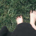 人工芝だと梅雨にカビが生えてしまう?対処方法はある?